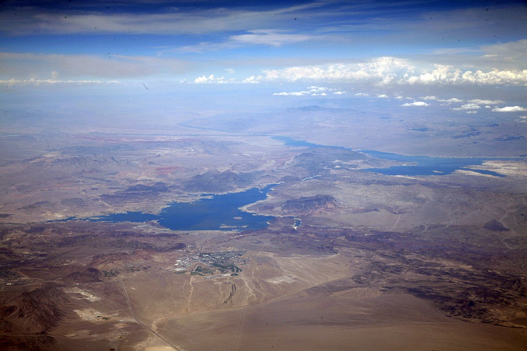 """Lake Mead & Boulder City"" by Doc Searls from Santa Barbara, USA - 2010_08_03_bos-phx-rno149Uploaded by PDTillman. Licensed under CC BY 2.0 via Commons."